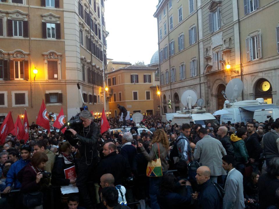 Deputati M5S tra i cittadini in Piazza Montecitorio